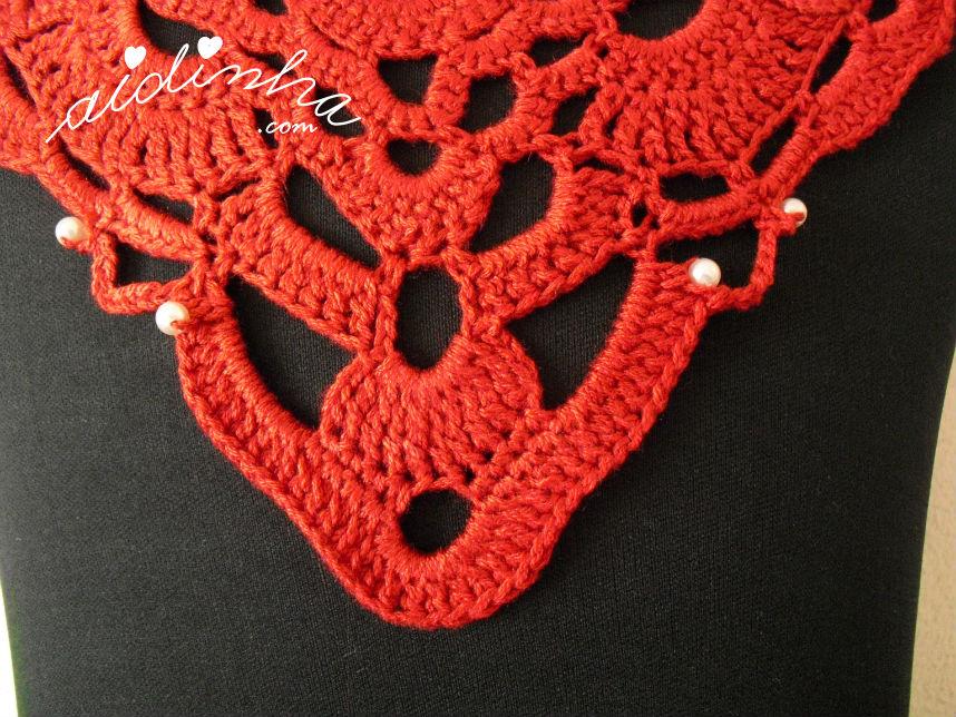 Parte do bico do colar de crochet vermelho, com pérolas