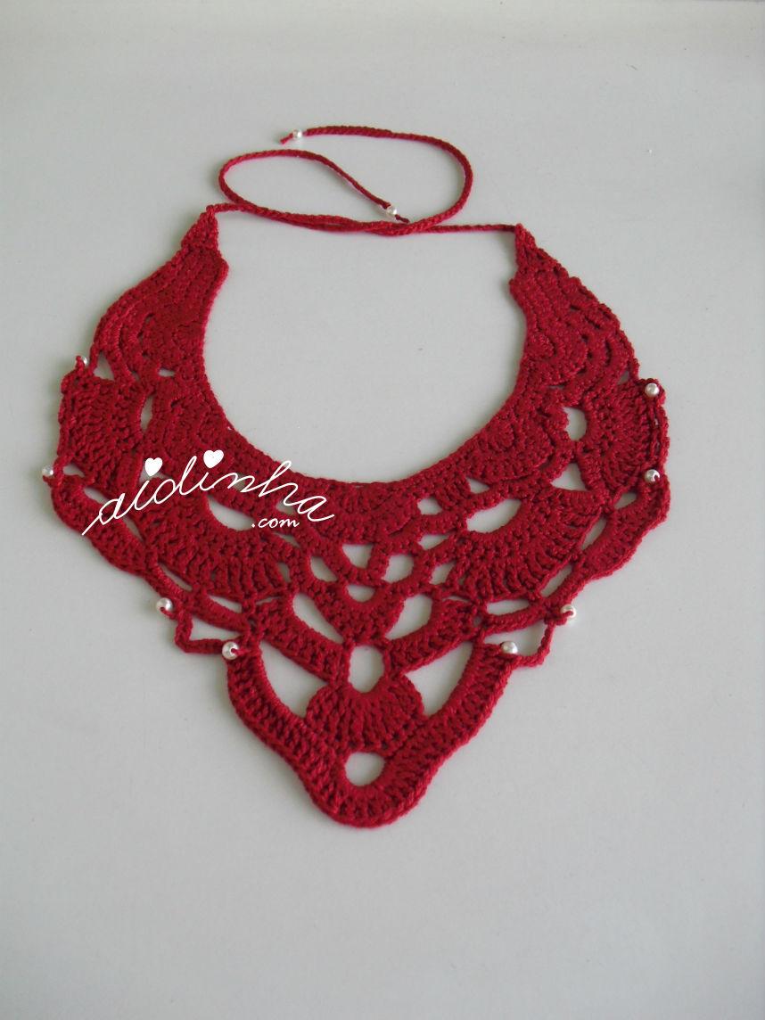 Outra vista do colar de crochet, vermelho com pérolas