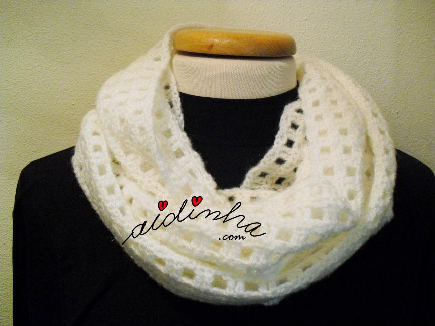 Gola de crochet, em lã branca