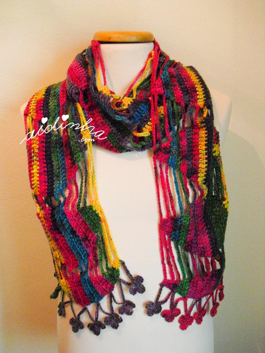 Outra foto do cachecol de crochet, multicolorido
