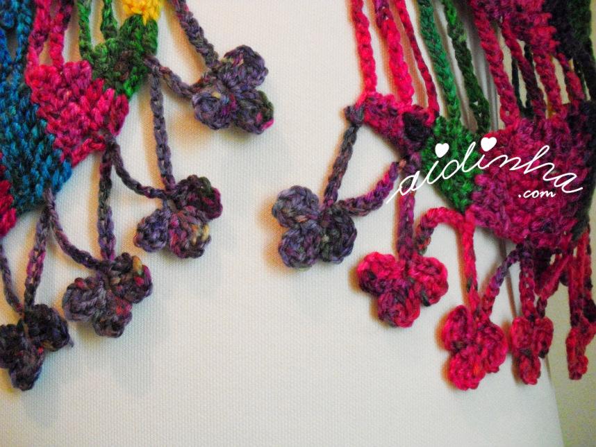 Foto das franjas de florinhas, deste cachecol de crochet