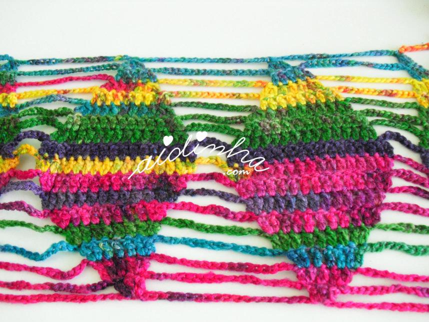 Foto do desenho do cachecol de crochet, multicolorido