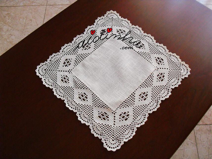 Outra foto do centro quadrado de linho e crochet