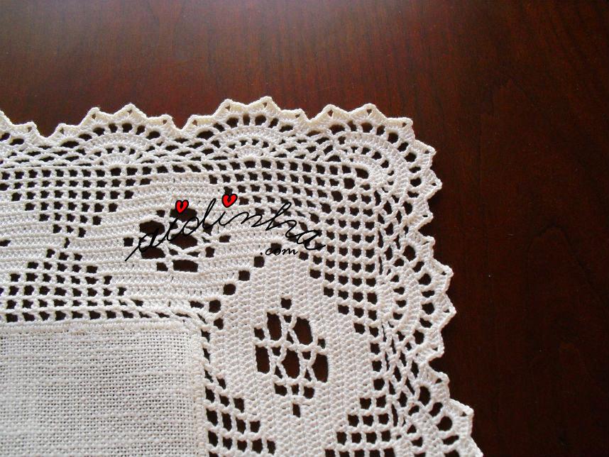 Pormenor do canto do centro quadrado de linho e crochet
