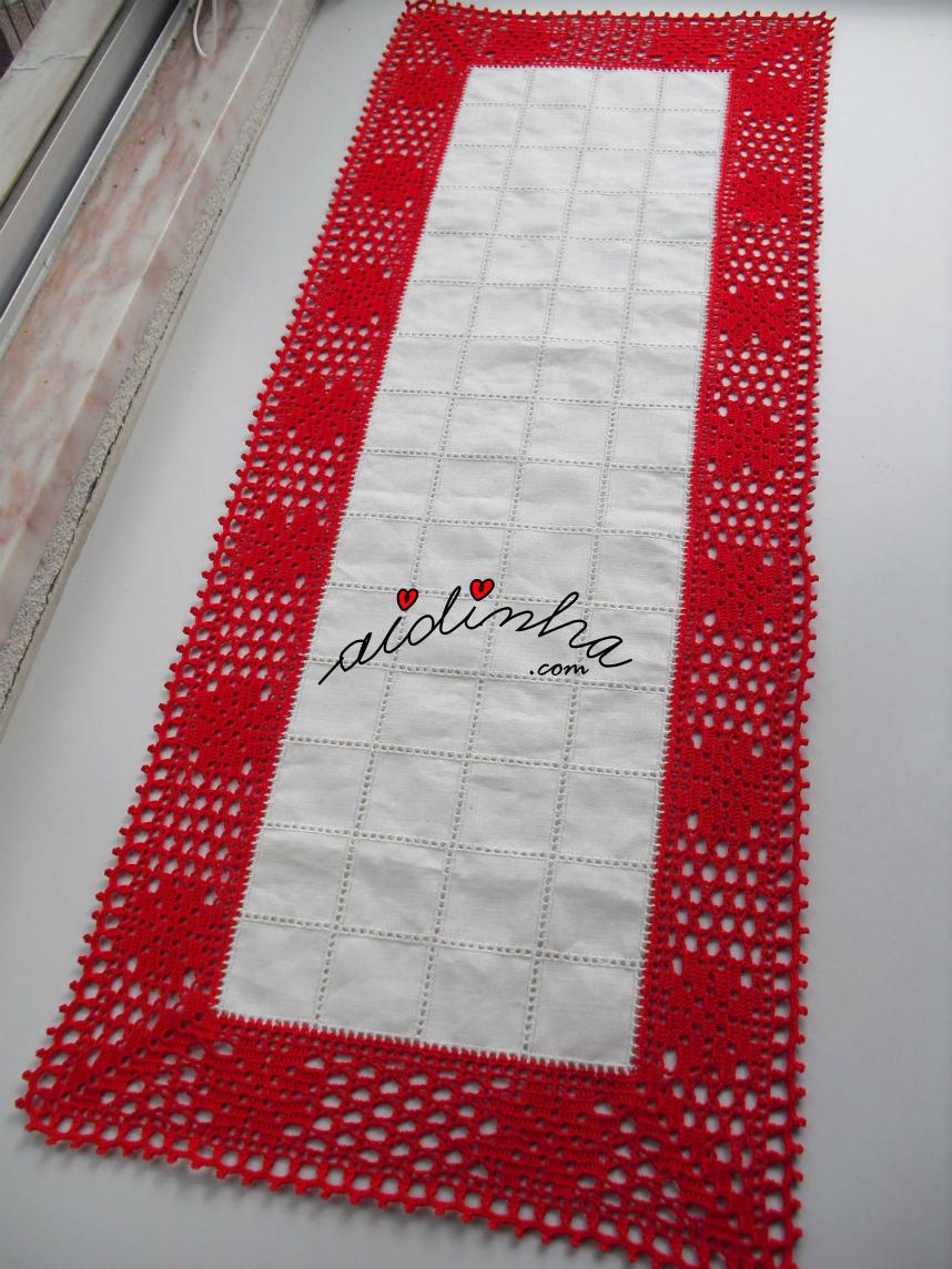 Centro em linho e crochet vermelho