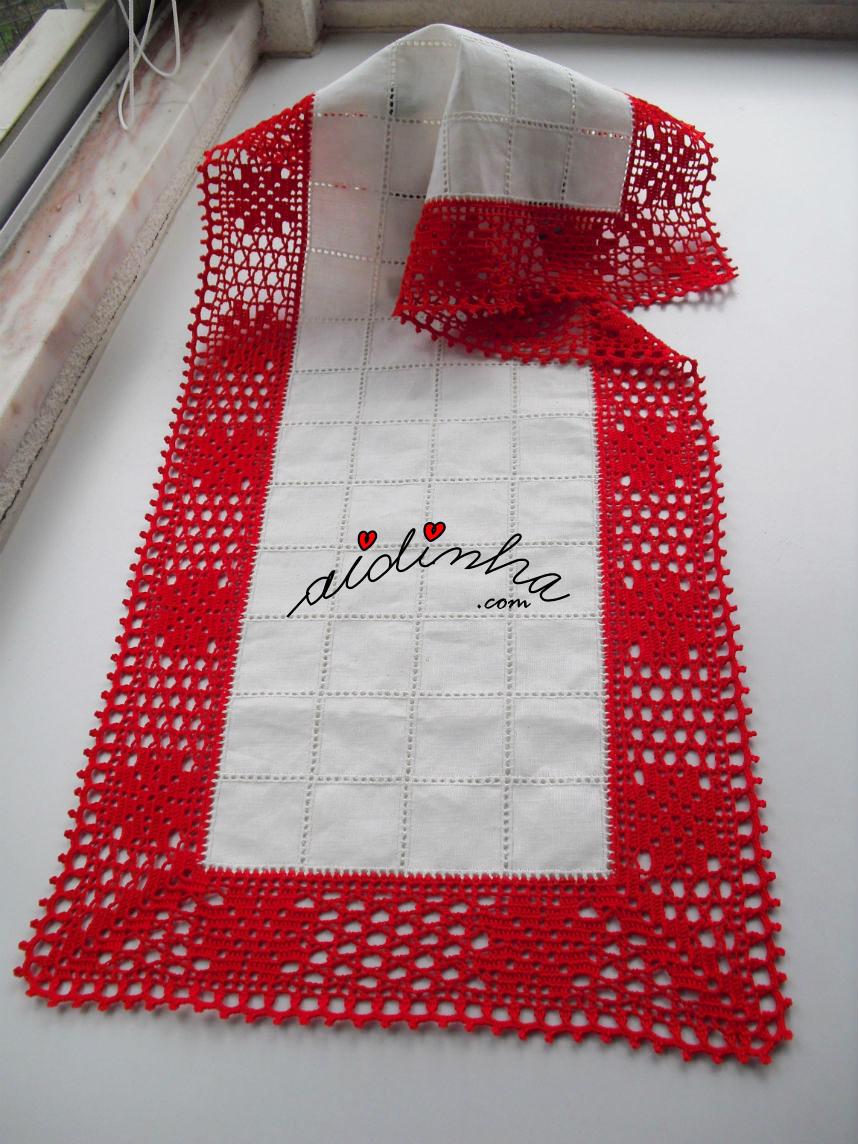 Outra foto do centro de linho e crochet vermelho