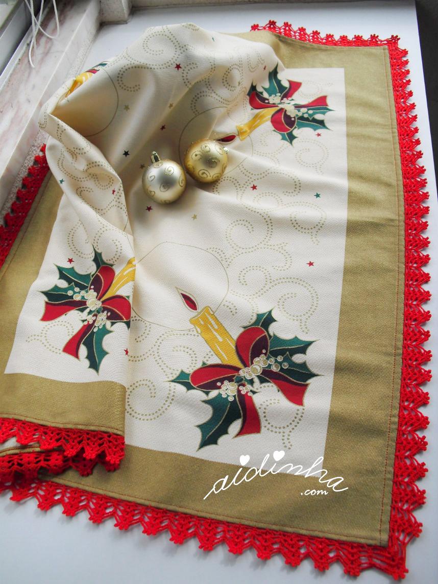 Outra foto da toalhinha de Natal com crochet vermelho