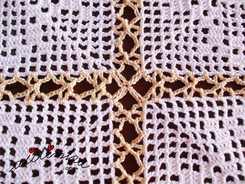 Foto da união dos quadrados do centro de linho e crochet