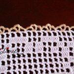 Centro com quadrados de linho bordados e crochet