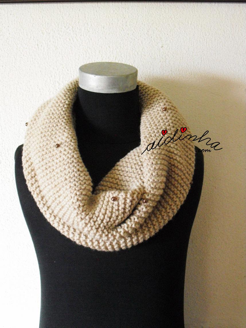 Gola de tricot, creme, com aplicação de pérolas