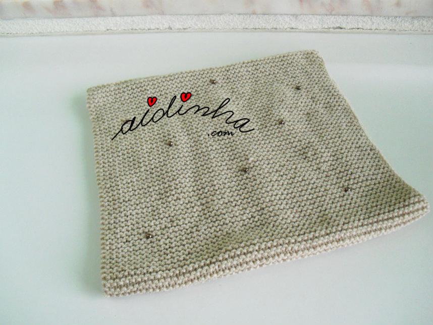 Outra foto da gola de tricot, creme, com pérolas