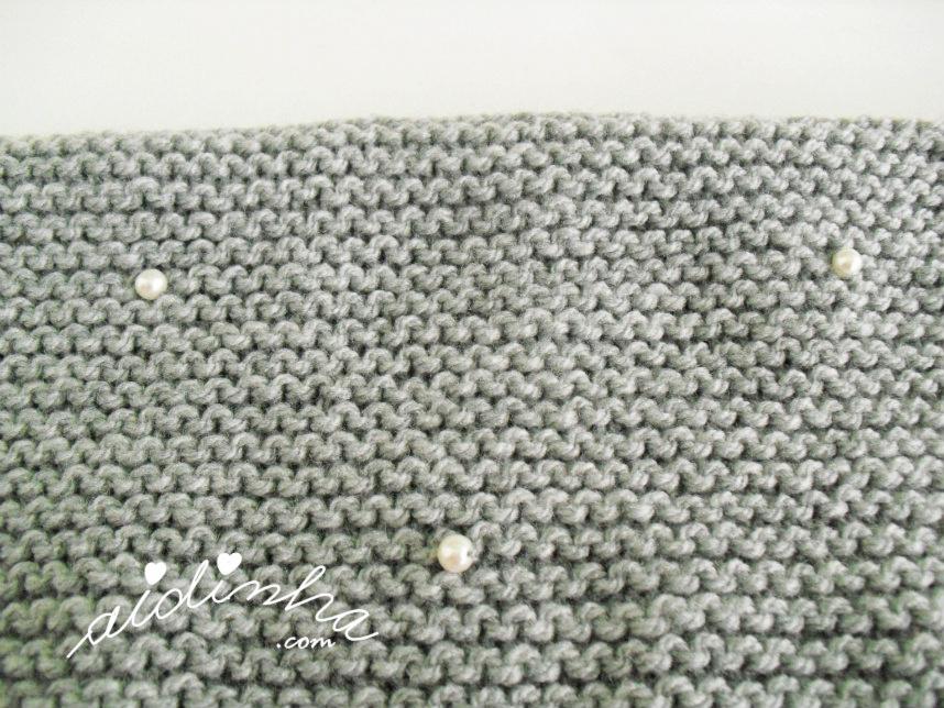 Foto das pérolas da gola de tricot, cinzenta, com pérolas