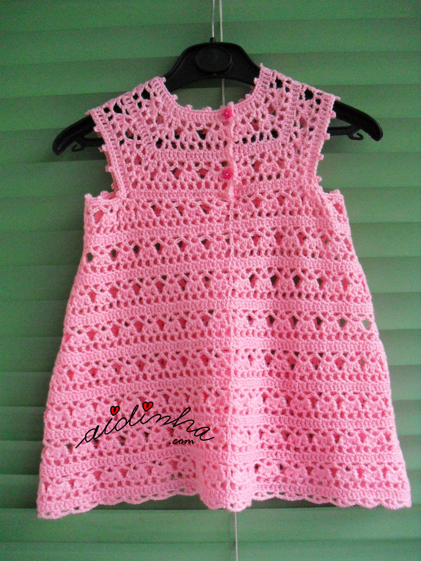 Parte detrás do vestido infantil de crochet, rosa bebé