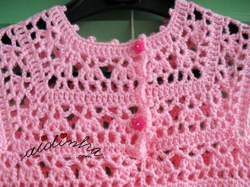 Pormenor dos botões do vestido infantil de crochet