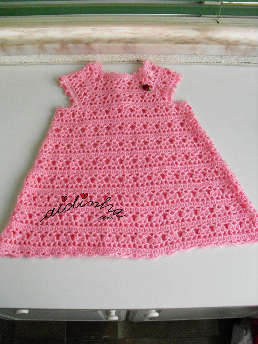 Outra foto do vestido infantil de crochet, rosa bebé
