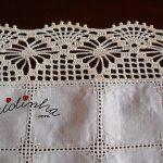 Centro em linho bordado e crochet