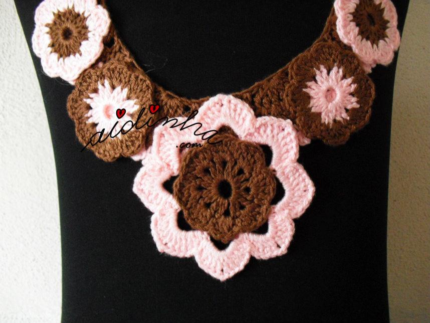 Flores centrais do colar de crochet rosa e castanho