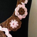 Colar de crochet, com flores, em castanho e rosa