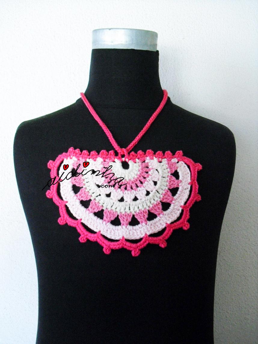 Colar de crochet, em tons de rosa