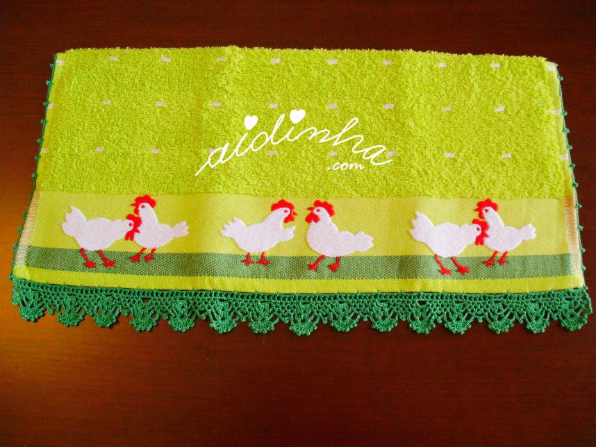 Outra foto do pno verde de cozinha, com crochet e galinhas