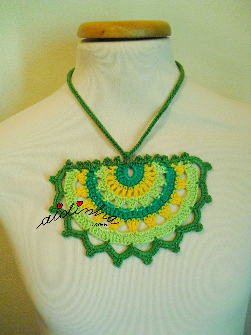 Colar de crochet em tons de verde