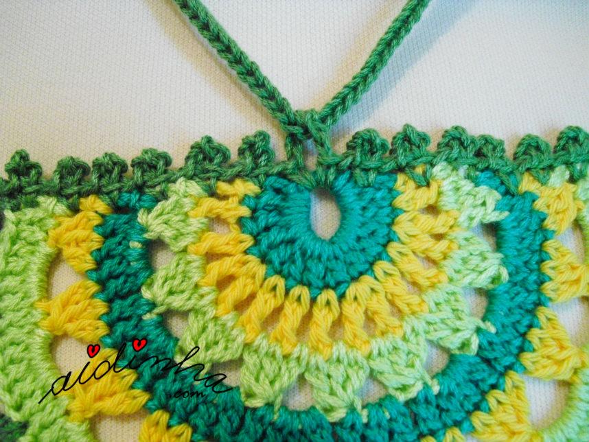 Outra foto do colar de crochet em tons de verde
