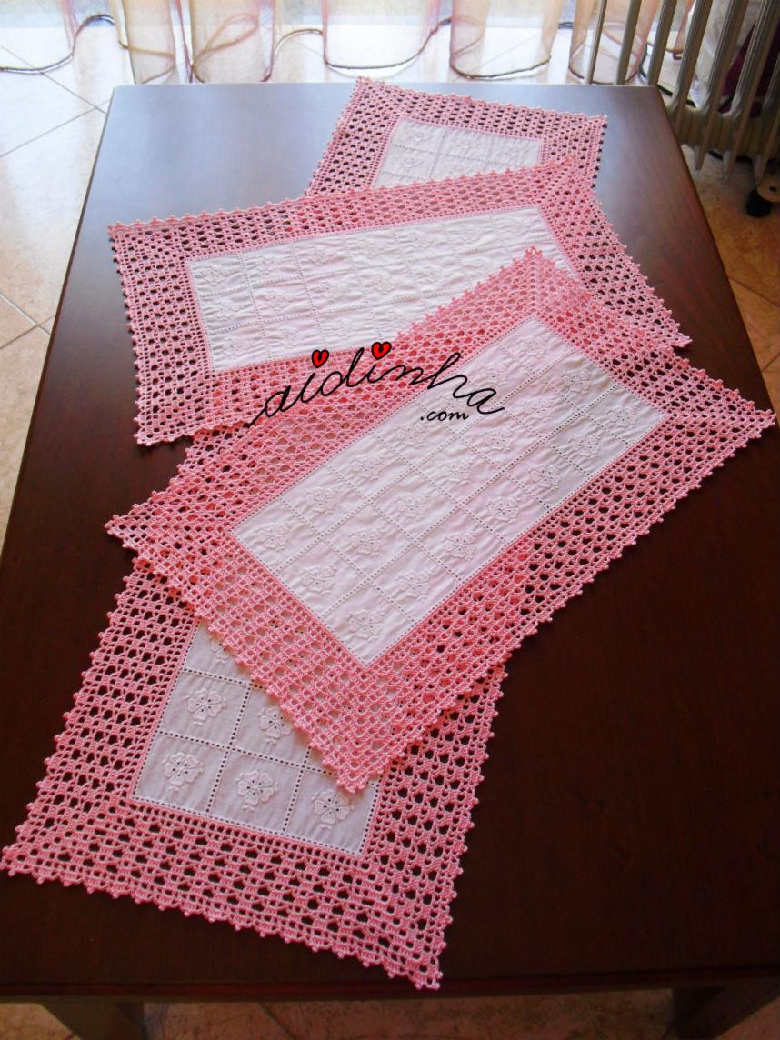 Conjunto de naperons de crochet e cambraia bordada