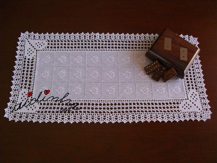 Centro de crochet, em cambraia  bordada e corações