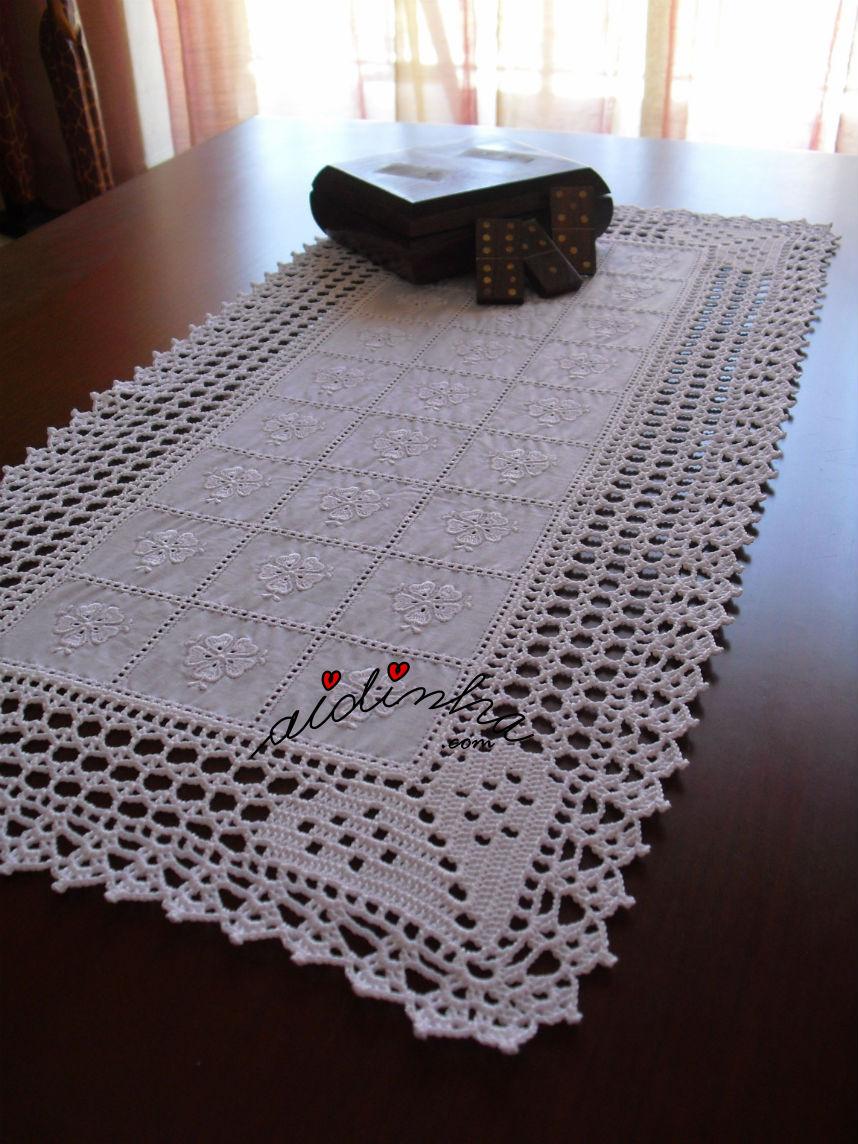 Outra foto do centro de crochet com corações