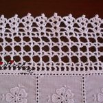 Centro em crochet, com corações e cambraia bordada
