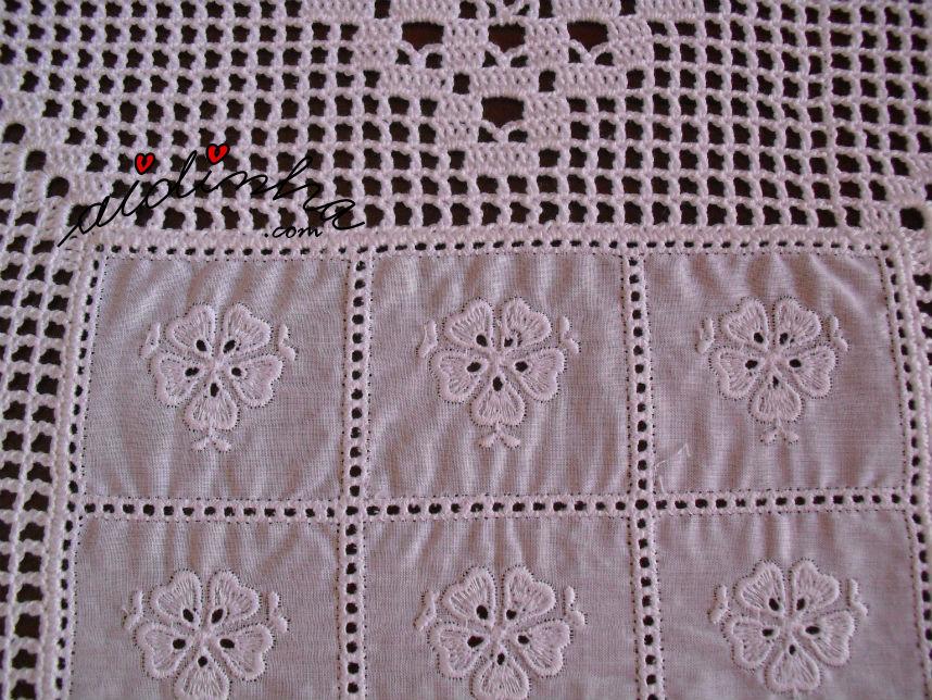 Foto da cambraia bordada do centro com crochet