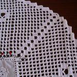 Centro em cambraia bordada e crochet
