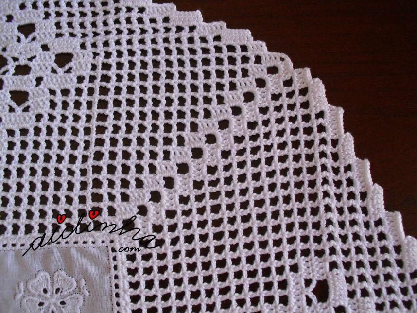 Centro em cambraia bordada e crochet, com losangolos