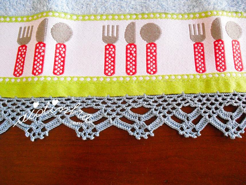 Pormenor do pano turco de cozinha com crochet azul