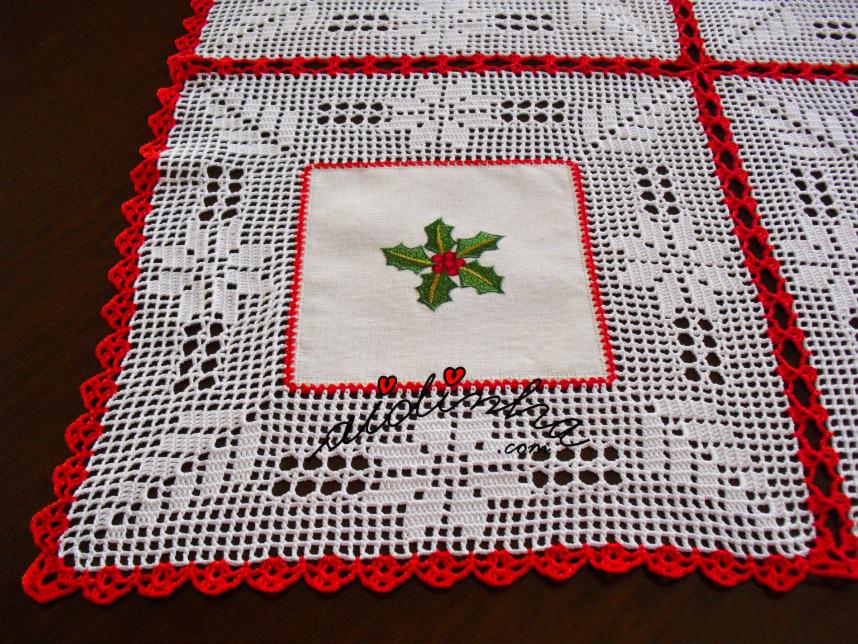Foto do quadrado bordado da toalha de Natal com linho e crochet