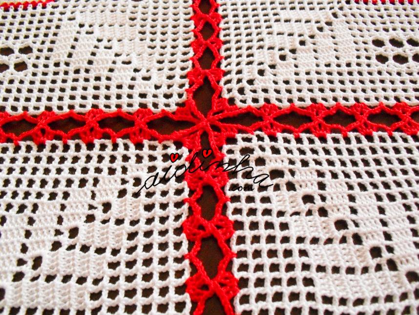 Foto do pegamento dos quadrados da toalha de Natal com linho e crochet