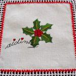 Toalha de Natal, com quadrados de linho bordados e crochet