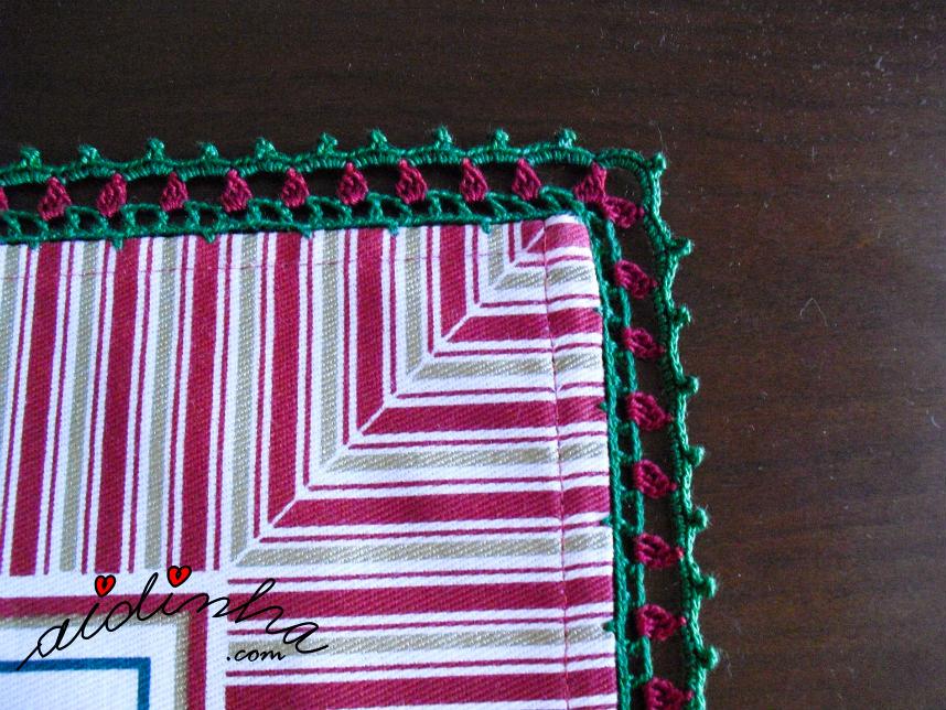 Canto do picô de crochet verde e bordeaux