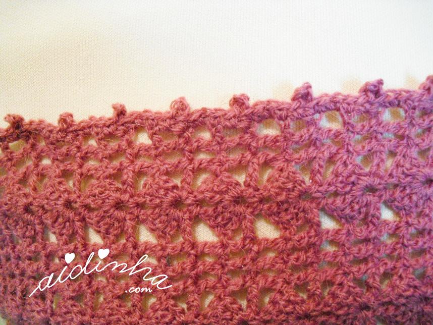 Foto do acabamento dos lados da gola de crochet rosa velho