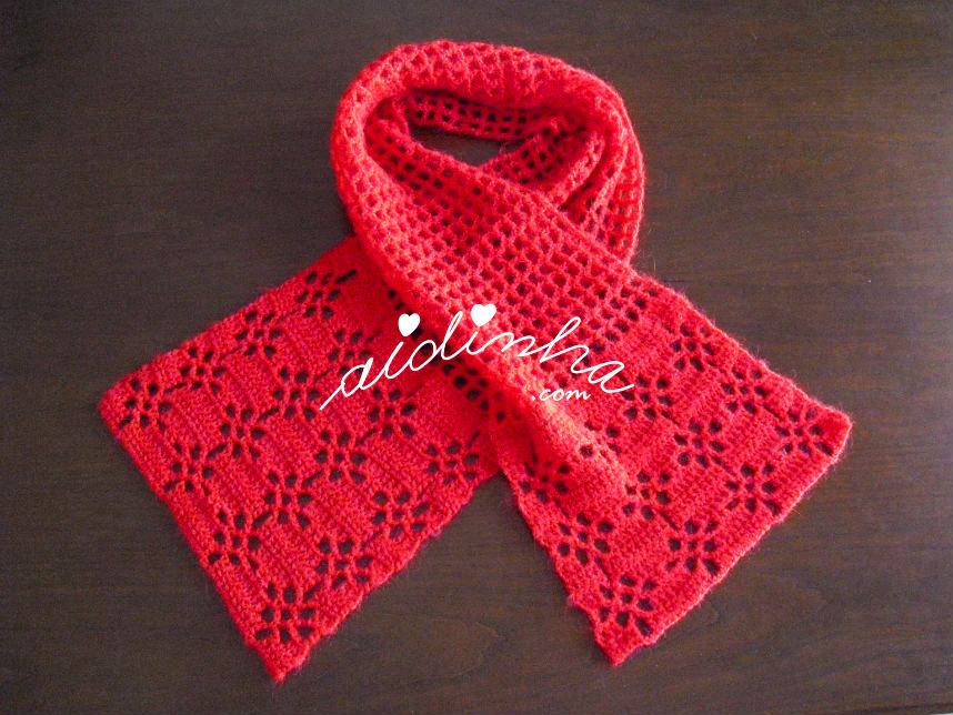 Outra foto do cachecol vermelho de crochet, com ponto fantasia