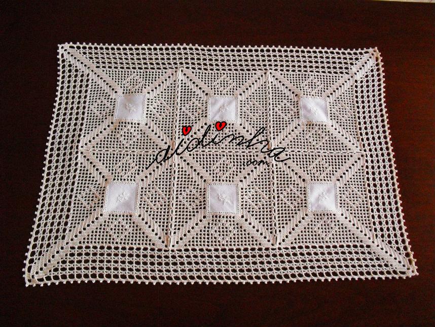 Centro com quadradinhos de linho bordados e crochet