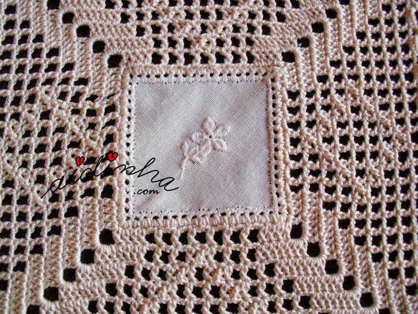Quadradinho de linho bordado do centro de crochet
