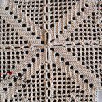 Centro com quadradinhos de linho bordado e crochet