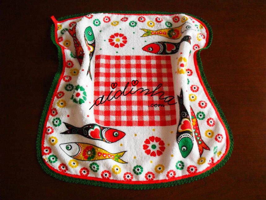Pano turco de cozinha vermelho, com sardinhas e crochet