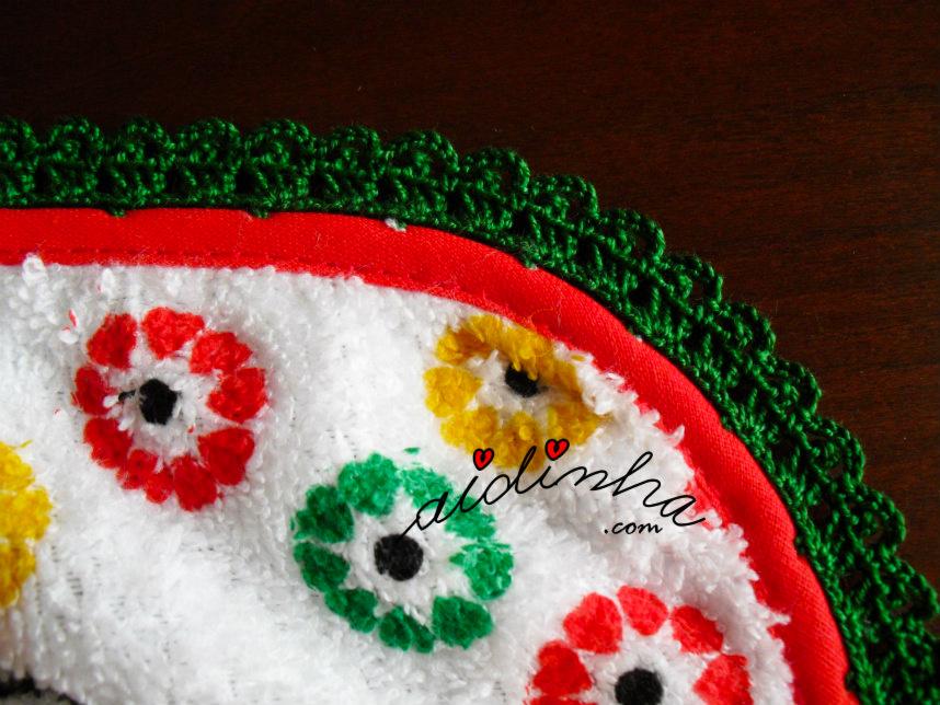 Pormenor do crochet em volta do pano turco de cozinha