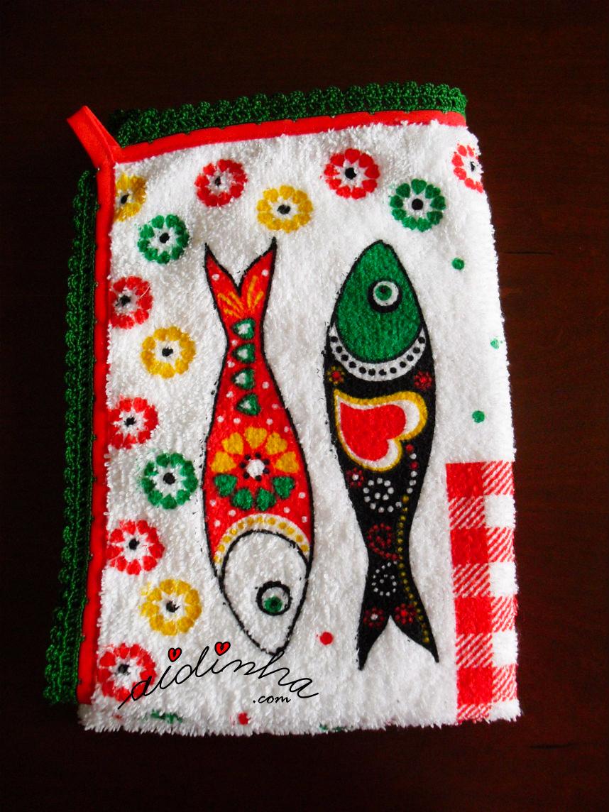 Outra foto do pano turco de cozinha com sardinhas e crochet