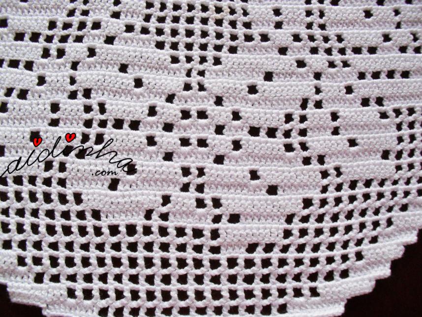 Pormenor do centro em crochet, com flores