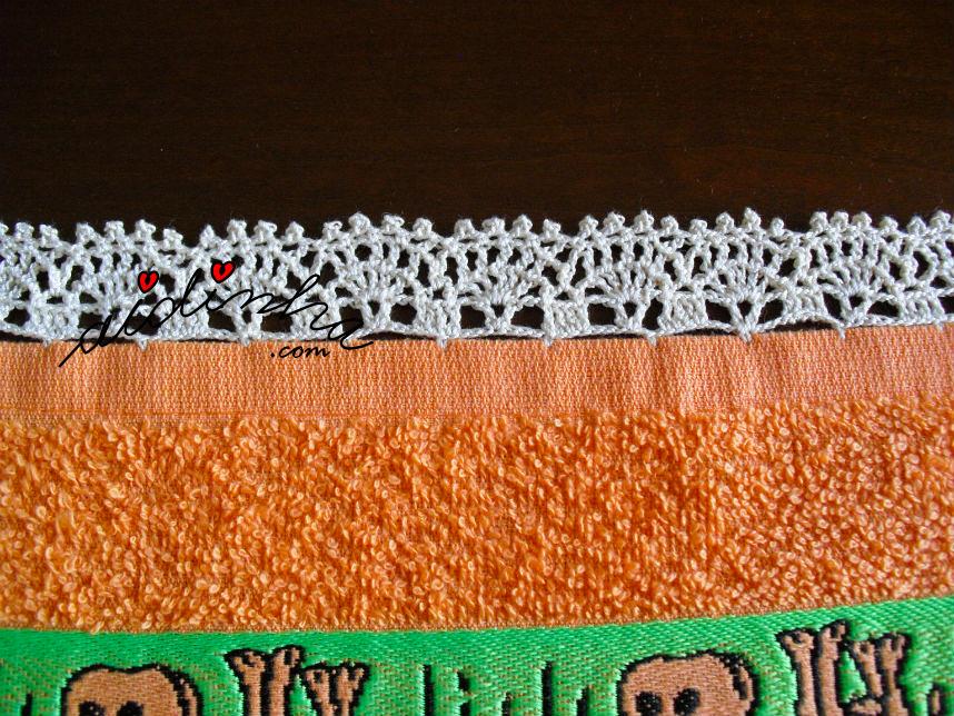 Pormenor do crochet do pano laranja com vaquinhas