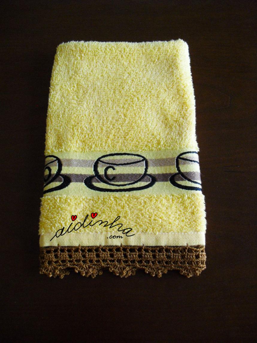 Outra foto do pano de cozinha amarelo, com crochet