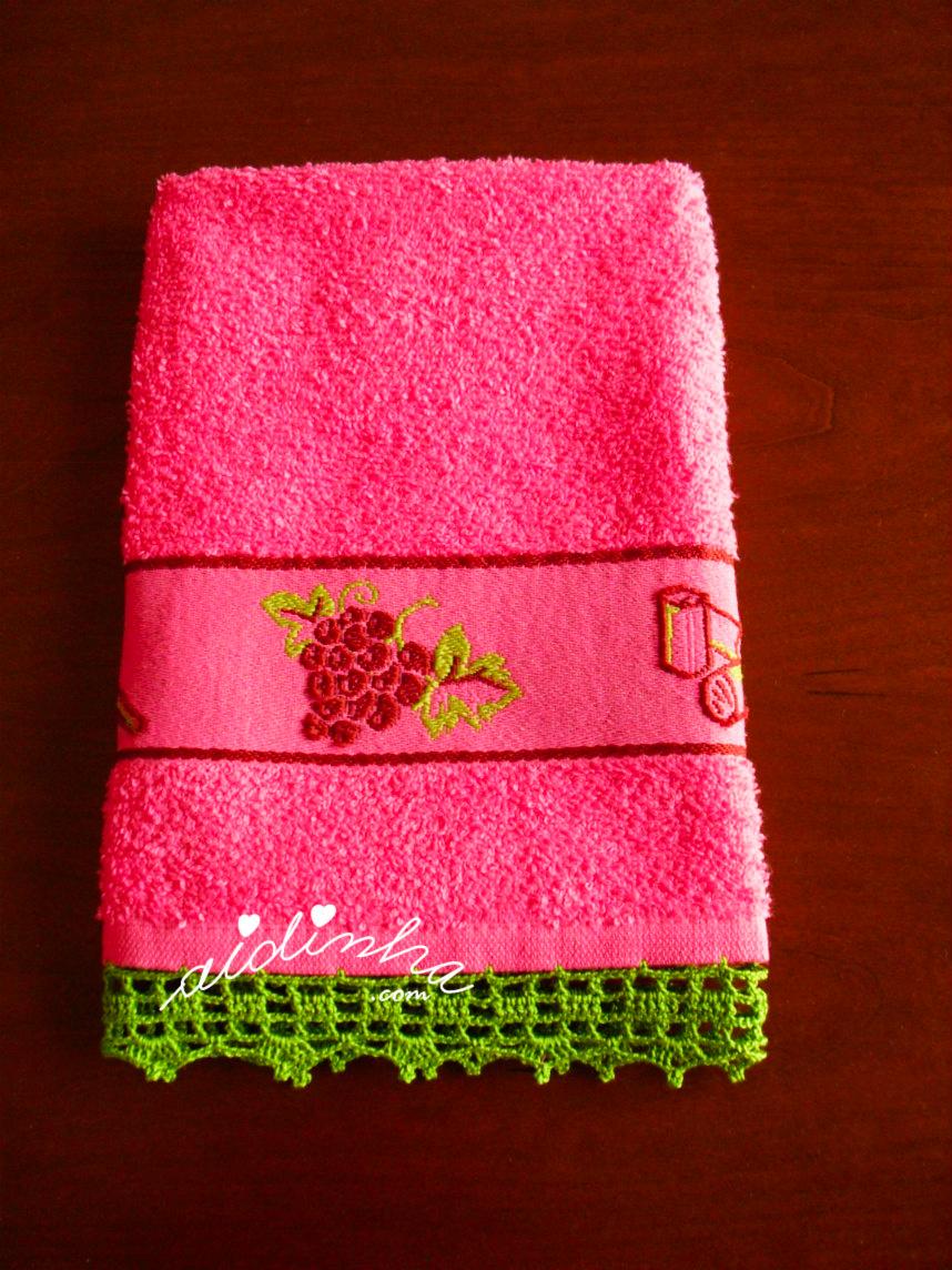 Outra foto do pano de cozinha rosa, com crochet
